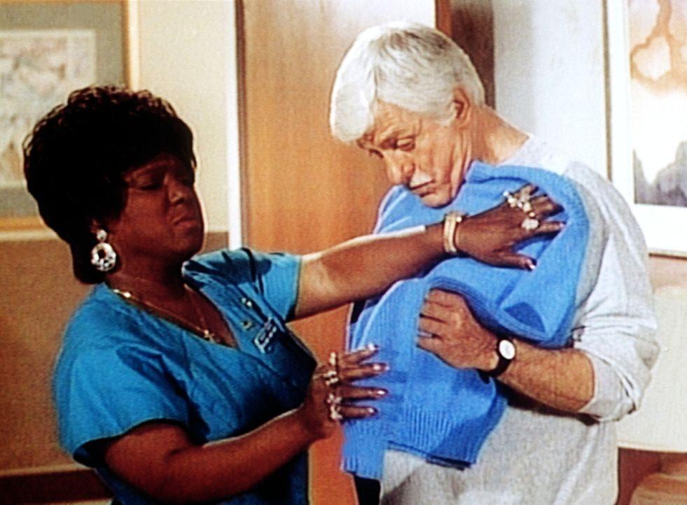 Delores (Delores Hall, l.) stellt bei der Anprobe fest, dass ihr gestrickter Pullover nicht ganz die passende Größe für Dr. Sloan (Dick Van Dyke,... - Bildquelle: Viacom