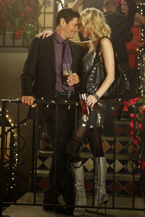 Da wird geflirtet, was das Zeug hält - lassen Jane (Josie Bissett, r.) und Michael (Thomas Calabro, l.) etwa ihre gemeinsame Vergangenheit wieder a... - Bildquelle: 2009 The CW Network, LLC. All rights reserved.