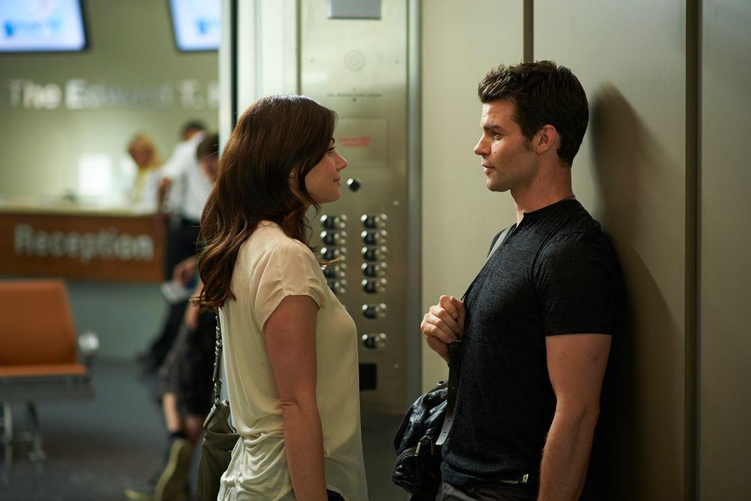 Entwickelt sich zwischen Alex (Erica Durance, l.) und Joel (Daniel Gillies, r.) wieder mehr, als nur Freundschaft? - Bildquelle: 2012  Hope Zee One Inc.