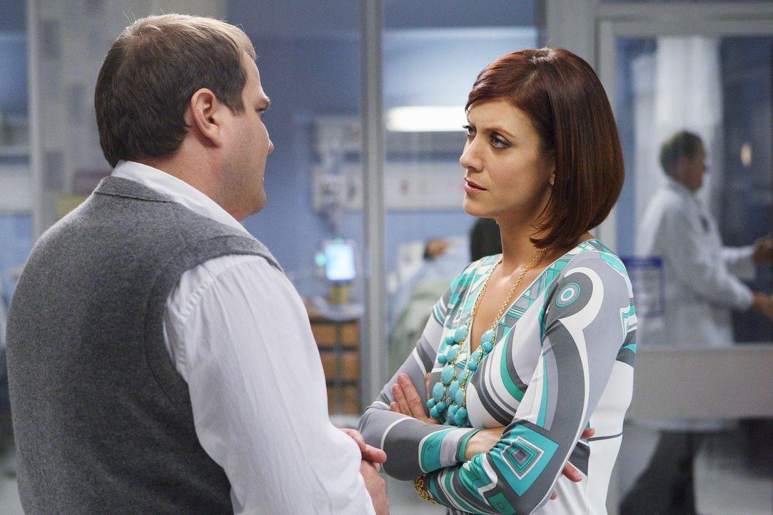 Tim Williams (Joey Oglesby, l.) ist besorgt um seine Frau und sein Kind. Addison (Kate Walsh, r.) versichert ihm, dass sie alles tun wird, um seine... - Bildquelle: ABC Studios
