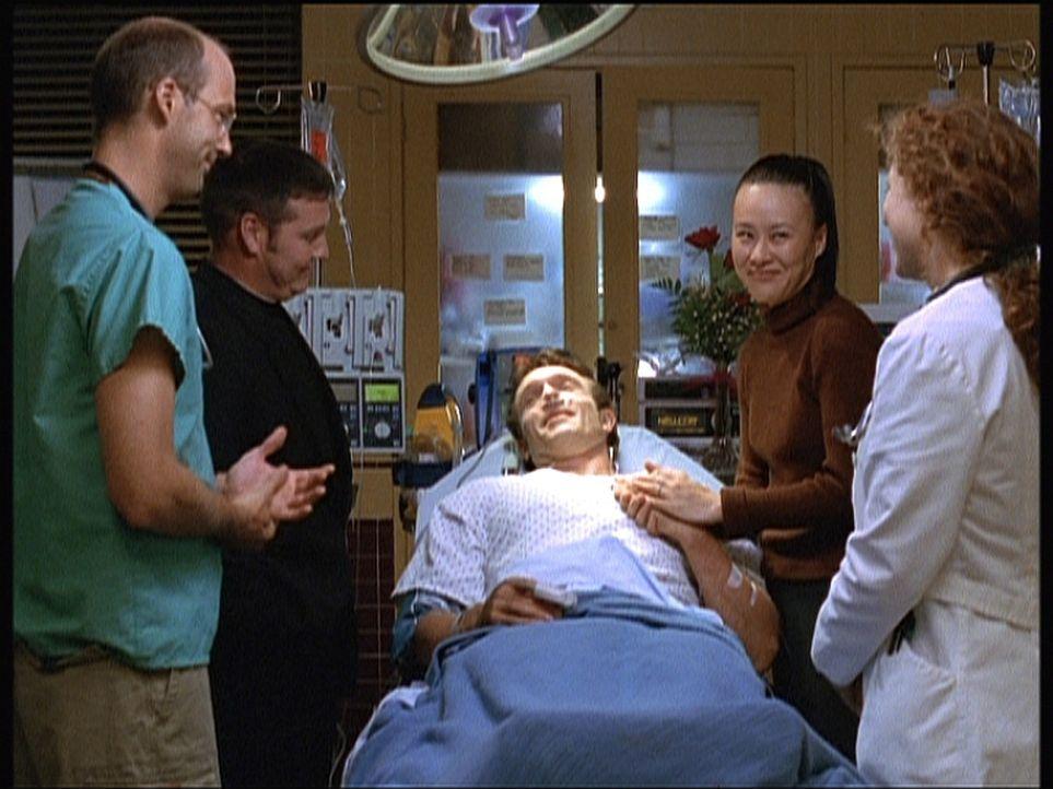 Greene (Anthony Edwards, l.) und Corday (Alex Kingston)  haben es geschafft, den schwer herzkranken Patienten Tom (John Pyper-Ferguson, liegend) per... - Bildquelle: TM+  2000 WARNER BROS.