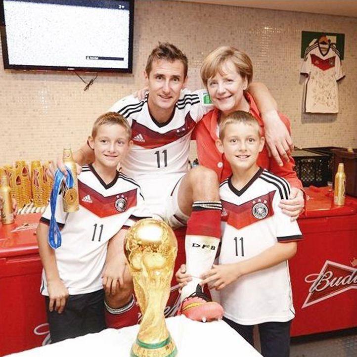 Die schönsten Selfies des WM-Sieges: Klose mit Söhnen und Merkel - Bildquelle: Instagram