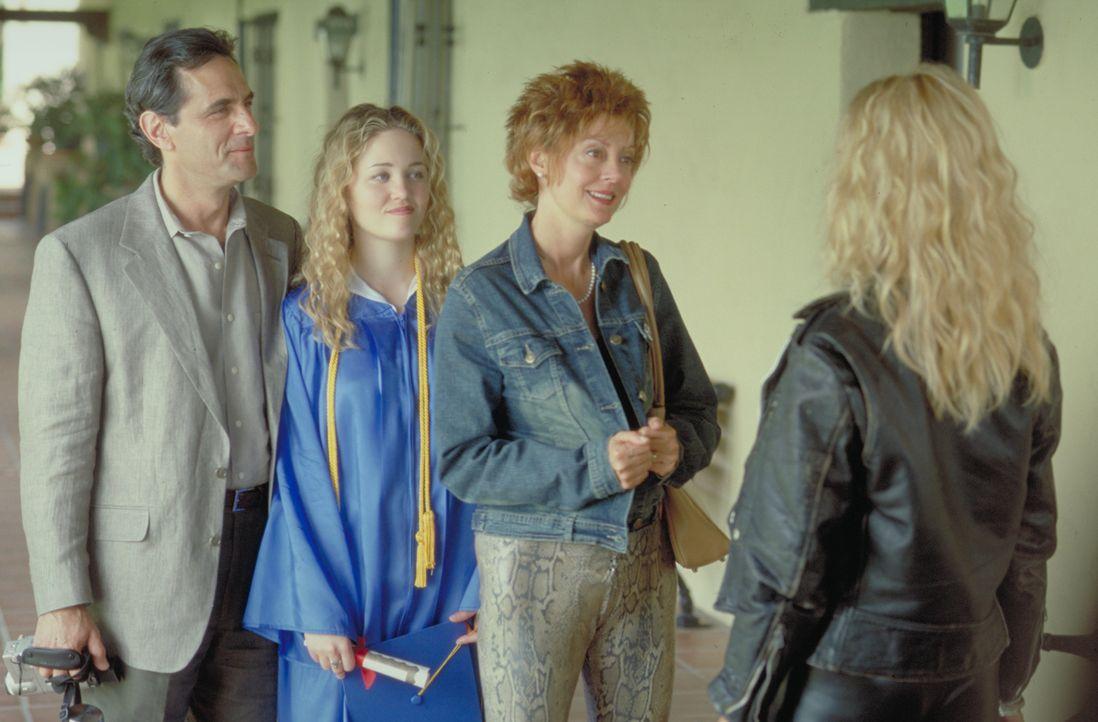 Durch Suzette (Goldie Hawn, r.) wird das Leben von Lavinia (Susan Sarandon, 2.v.r.), Hannah (Erika Christensen, 2.v.l.) und Raymond (Robin Thomas, l... - Bildquelle: 2002 Twentieth Century Fox Film Corporation. All rights reserved.