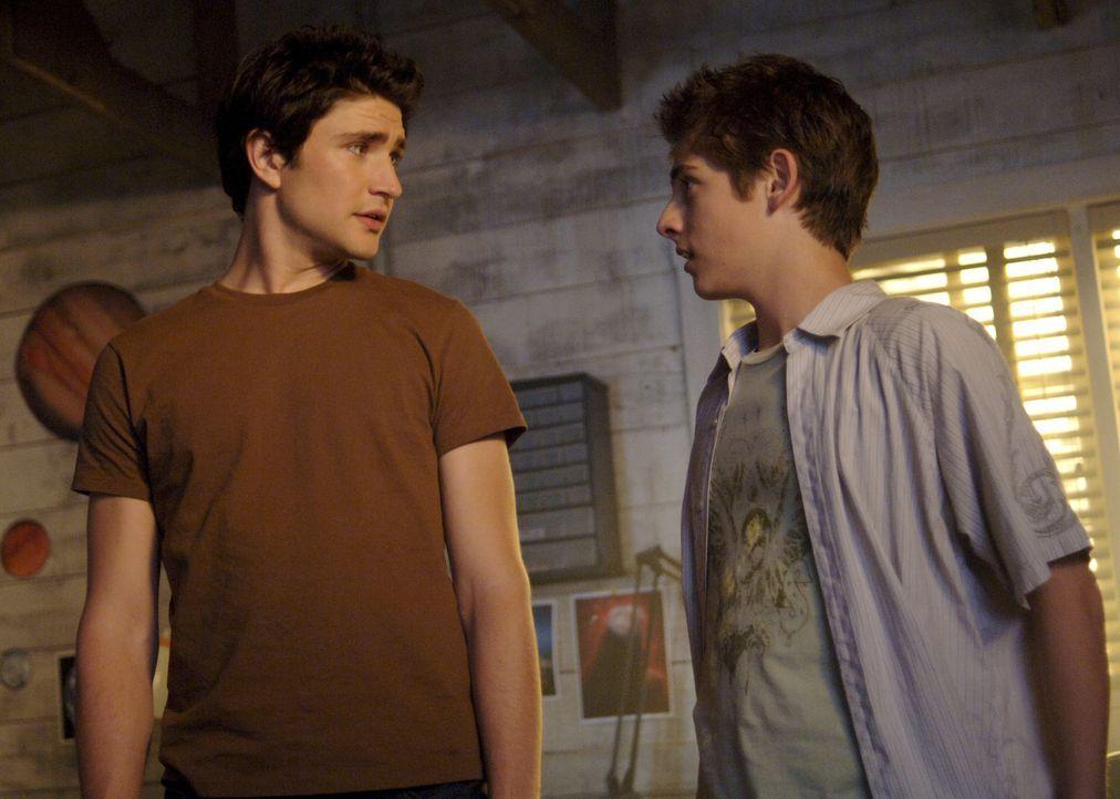 Gehen gemeinsam auf eine Party, doch die endet im Chaos: Kyle (Matt Dallas, l.) und Josh (Jean-Luc Bilodeau, r.) ... - Bildquelle: TOUCHSTONE TELEVISION