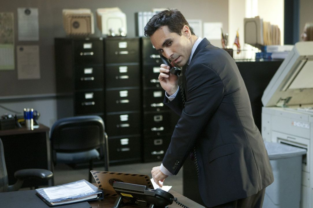 Was ist faul an der Geschichte, die ihm die vermeintliche Siobhan aufgetischt hat? Der FBI-Agent Victor Machado (Nestor Carbonell) setzt alles daran... - Bildquelle: 2011 THE CW NETWORK, LLC. ALL RIGHTS RESERVED