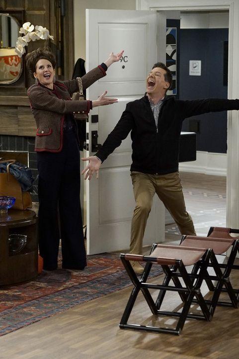 Jack (Sean Hayes, r.) nimmt einen neuen Job an, den er wider Erwarten sogar mag. Unterdessen freundet sich Karen (Megan Mullally, l.) mit einem 12-j... - Bildquelle: Chris Haston 2017 NBCUniversal Media, LLC / Chris Haston