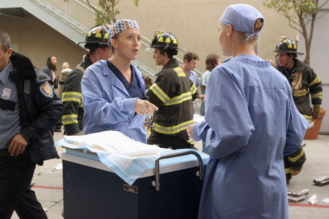 Ein Wettlauf mit der Zeit beginnt: Izzie (Katherine Heigl, r.) und Dr. Hahn (Brooke Smith, l.) ... - Bildquelle: Touchstone Television