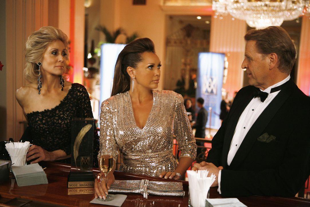 Wilhelminas (Vanessa Williams, M.) Plan, Claire (Judith Light, l.) aus der Chefetage der Firma zu drängen, wird von Calvin Hartley (David Rasche, r.... - Bildquelle: 2008   ABC Studios