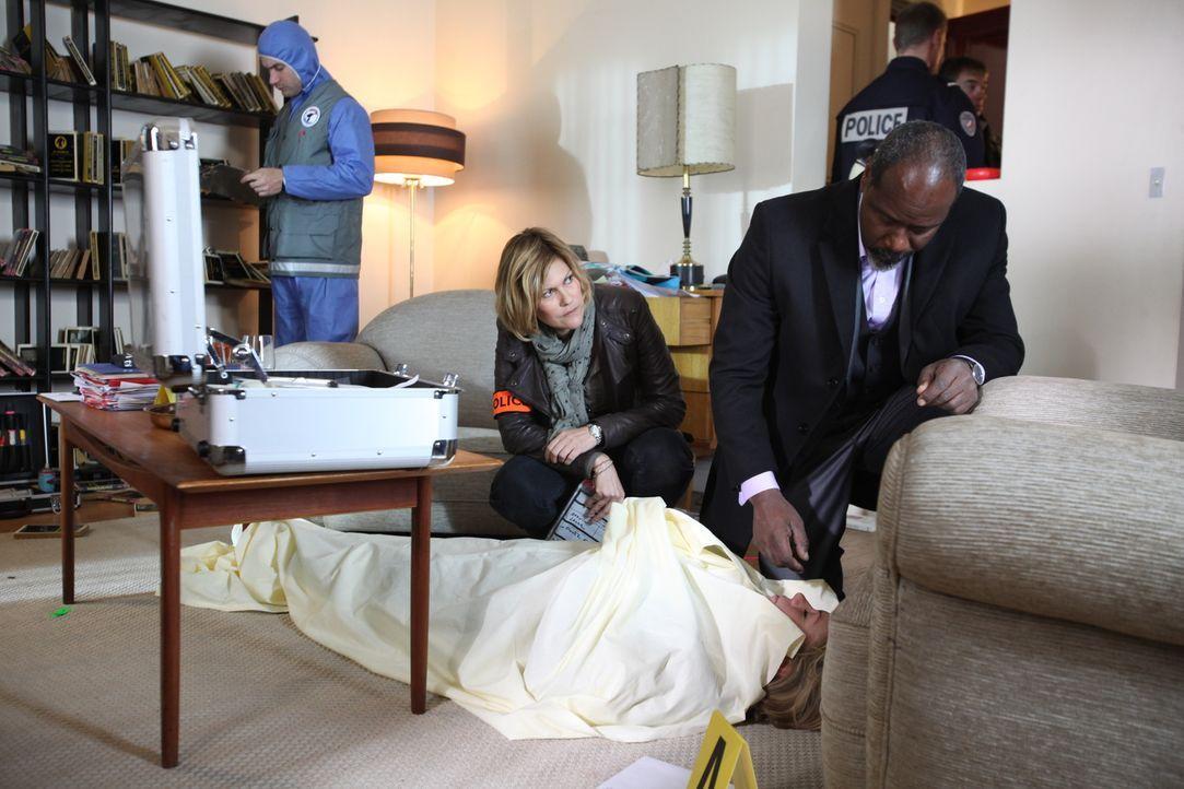 Schnell wird Fred (Vanessa Valence, l.) klar, dass dieses Opfer für Lamarck (Jean-Michel Martinal, r.) kein normales Opfer ist ... - Bildquelle: Xavier Cantat 2011 BEAUBOURG AUDIOVISUEL