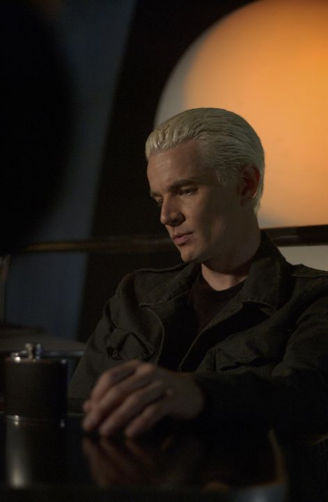 Buffy erkennt, dass Spike (James Marsters) von etwas Finsterem, äußerst Bösem, heimgesucht wird ... - Bildquelle: TM +   Twentieth Century Fox Film Corporation. All Rights Reserved.