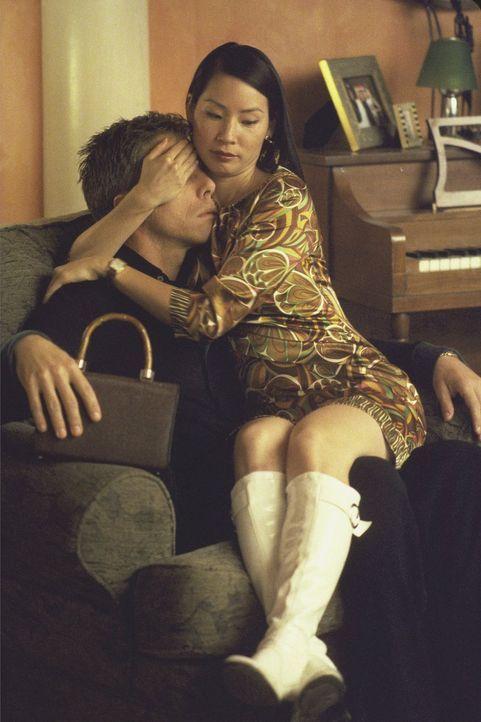 Was läuft denn da zwischen Richard (Greg Germann, l.) und Ling (Lucy Alexis Liu, r.)? - Bildquelle: 1999 Twentieth Century Fox Film Corporation. All rights reserved.