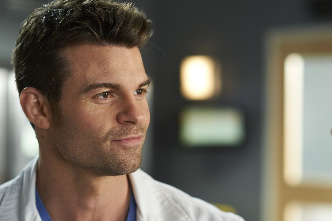 Joel (Daniel Gillies) versucht einem Patienten klarzumachen, dass seine Gesundheit Priorität habe, ohne zu ahnen, wie schlimm es wirklich um den Leh... - Bildquelle: Ken Woroner 2014 Hope Zee Three Inc.