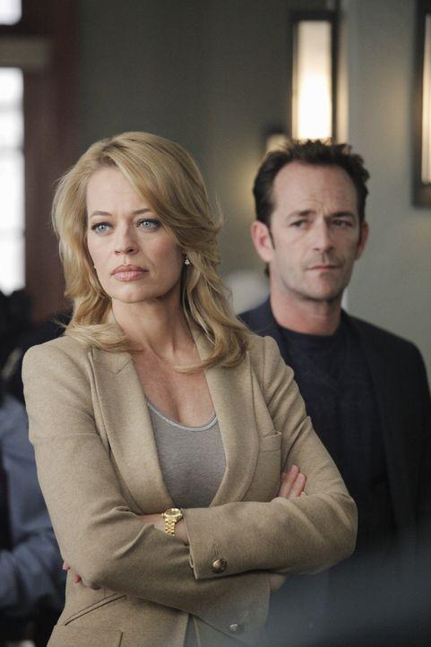 Dr. Charles Stafford (Luke Perry, r.) und Dr. Kate Murphey (Jeri Ryan, l.) arbeiten zusammen an einem neuen Fall, der ihnen einige Rätsel aufgibt ... - Bildquelle: ABC Studios