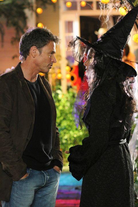 Violet (Amy Brenneman, r.) erfährt, dass Petes (Tim Daly, l.) Mutter im Knast sitzt und er auch sonst keinen Kontakt zu seiner Familie haben will.... - Bildquelle: ABC Studios