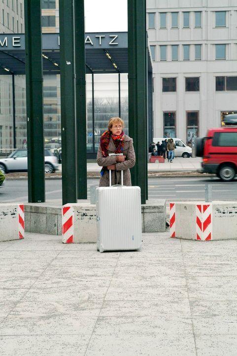 Lisa (Alexandra Neldel) hofft, dass die Lösegeldübergabe klappt. (Dieses Foto von Alexandra Neldel darf nur in Zusammenhang mit der Berichterstatt... - Bildquelle: Monika Schürle Sat.1