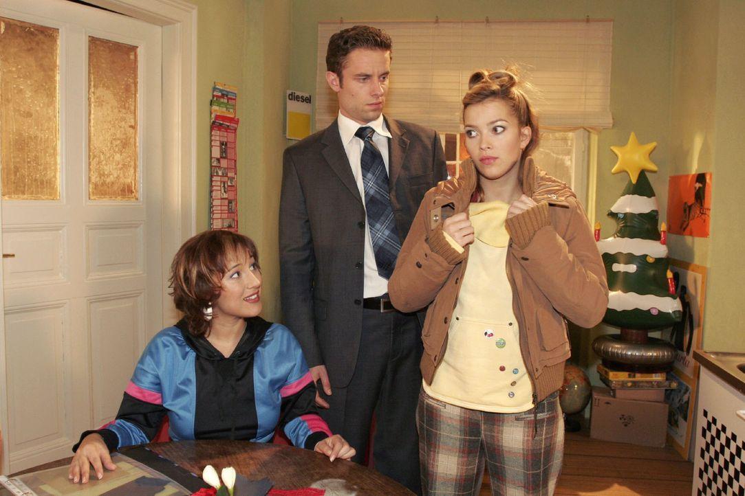 Yvonne (Bärbel Schleker, l.) muss mit ansehen, wie Max (Alexander Sternberg, M.) Hannah (Laura Osswald, r.) auflaufen lässt. - Bildquelle: Noreen Flynn SAT.1 / Noreen Flynn