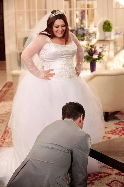 Alle Gäste warten gespannt auf die Braut. Doch Janes (Brooke Elliott, r.) Schleppe hat sich in einem Nagel verfangen, sie hängt also sprichwörtlich... - Bildquelle: 2012 Sony Pictures Television Inc. All Rights Reserved.