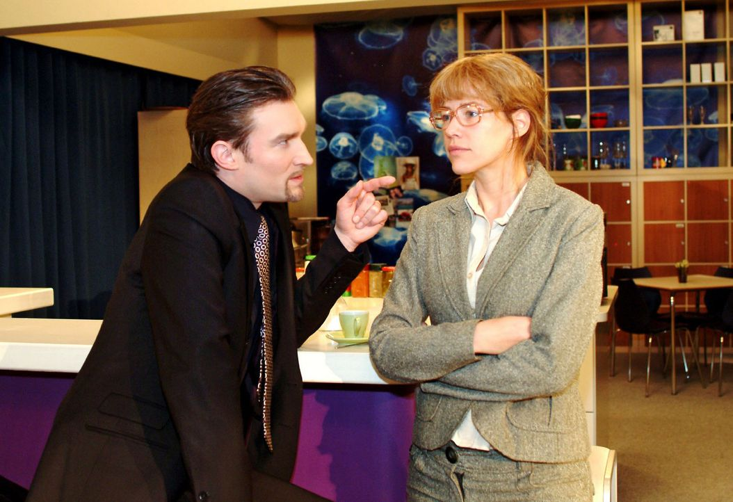 Lisa (Alexandra Neldel, r.) versucht Richard (Karim Köster, l.) eine Falle zu stellen, um herauszufinden, ob er hinter der Entführung von David st... - Bildquelle: Monika Schürle Sat.1