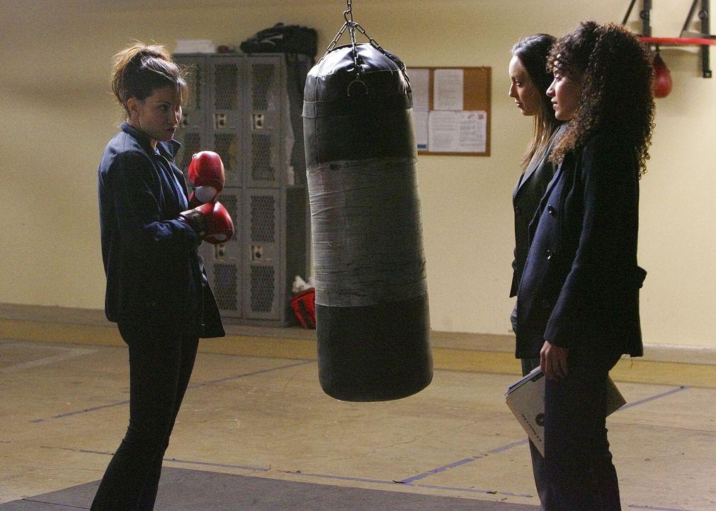 Liz (Aya Sumika, M.) und Nikki Betancourt (Sophina Brown, r.) versuchen einen neuen Fall zu lösen und hoffen, von Danielle Hill (Gina Gershon, l.) m... - Bildquelle: Paramount Network Television