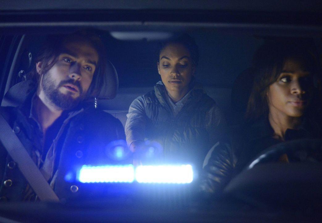 Ein dunkles Geheimnis von Jenny (Lyndie Greenwood, M.) kommt ans Licht, während Ichabod (Tom Mison, l.) und Abbie (Nicole Beharie, r.) den Kampf geg... - Bildquelle: 2014 Twentieth Century Fox Film Corporation. All rights reserved.