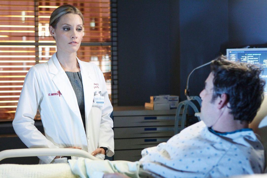 Der Vergewaltiger von Charlotte (KaDee Strickland, l.), Lee McHenry (Nicholas Brendon, r.), kommt ins St. Ambrose Krankenhaus, nachdem er von seiner... - Bildquelle: ABC Studios