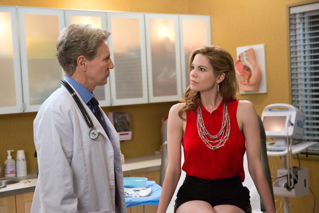 Selbst wenn ihr Arzt (Roy McCrerey, l.) Peri (Mariana Klaveno, r.) bei dem hinterhältigen Plan hilft, muss auch noch Spence mitspielen ... - Bildquelle: 2014 ABC Studios