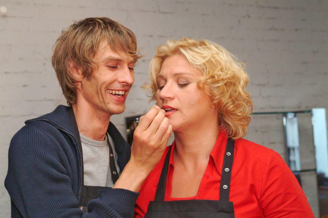 Noch lässt sich Agnes (Susanne Szell, r.) von Boris (Matthias Rott, l.) kulinarisch verwöhnen ... - Bildquelle: Monika Schürle SAT.1 / Monika Schürle