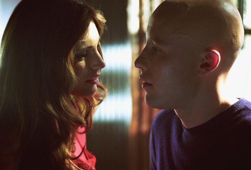 Kommen sich gefährlich nahe: Lex Luthor (Michael Rosenbaum, r.) und die attraktive Victoria (Kelly Brook) ... - Bildquelle: Warner Bros.