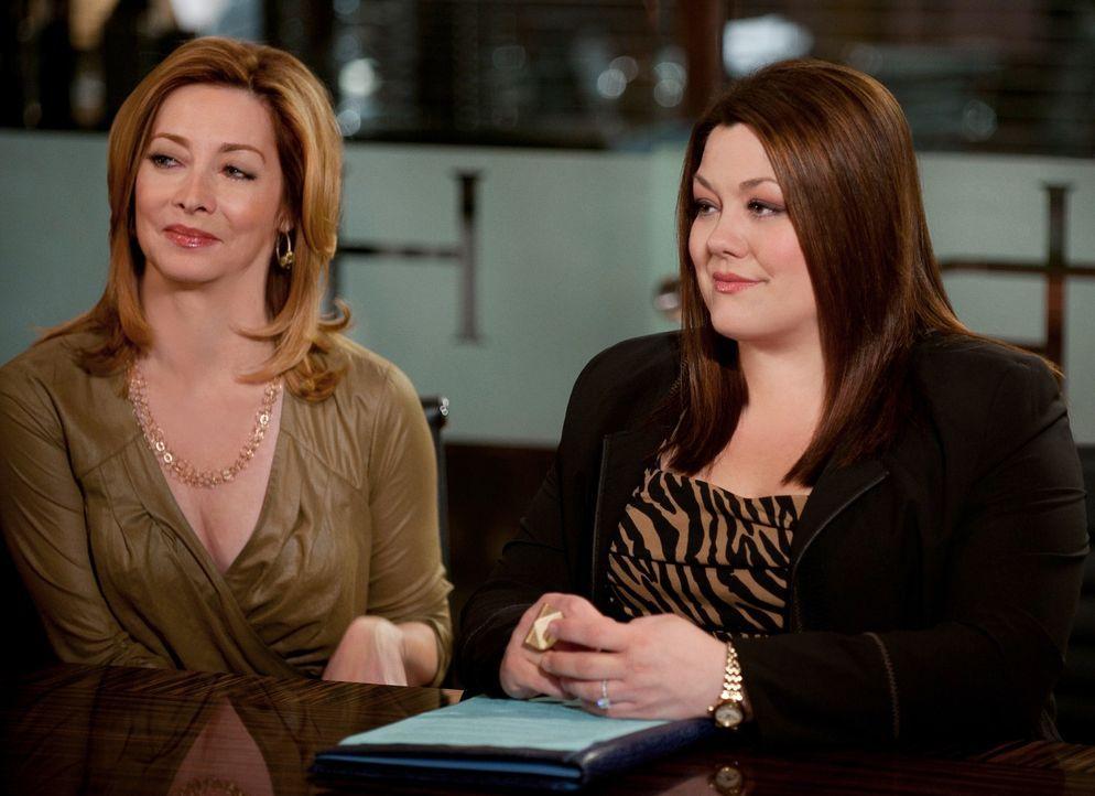 Debs Mutter Bobbi Dobkins (Sharon Lawrence, l.) bittet Jane (Brooke Elliott, r.) um Hilfe ... - Bildquelle: 2012 Sony Pictures Television Inc. All Rights Reserved.