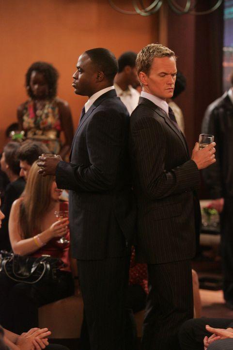 Barney (Neil Patrick Harris, l.) ist überglücklich, dass sein Bruder James (Wayne Brady, r.) den gleichen Lebensstil pflegt wie er selbst, doch der... - Bildquelle: 20th Century Fox International Television