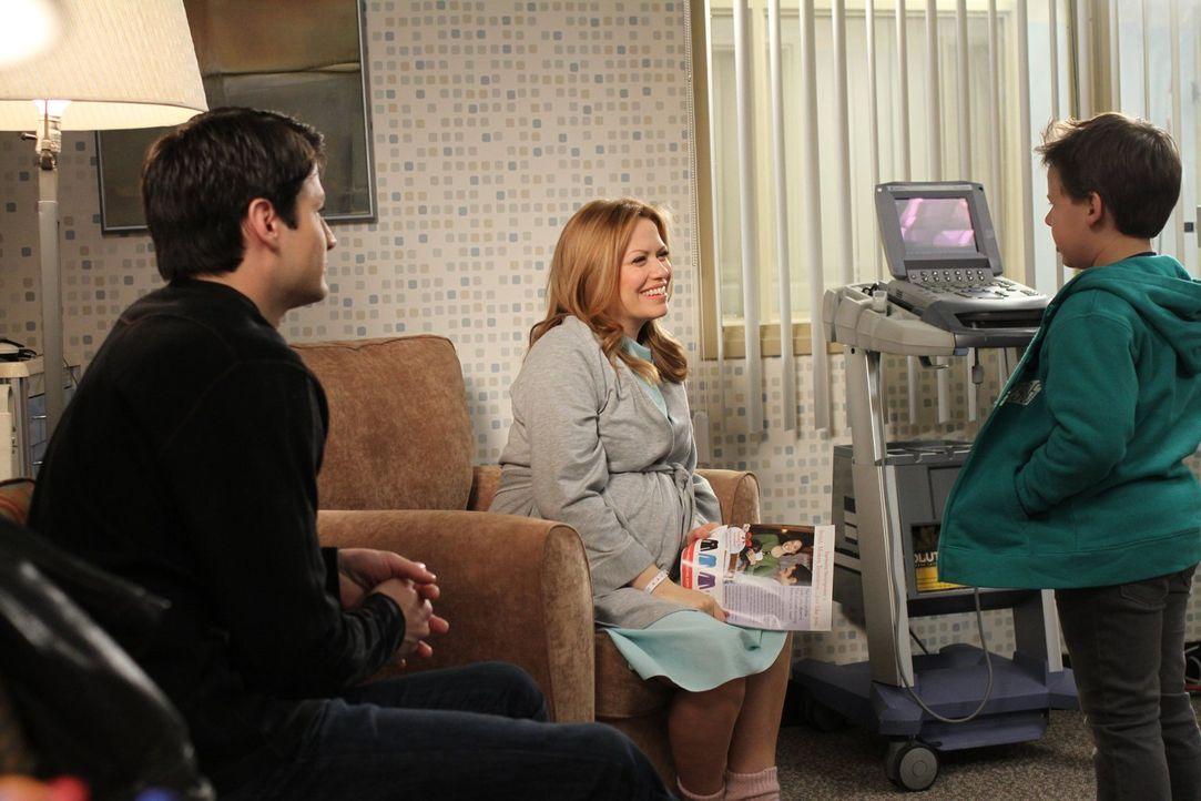 Nathan (James Lafferty, l.) und Haley (Bethany Joy Lenz, M.) freuen sich riesig, als die Geburt in unmittelbare Nähe rückt. Jamie (Jackson Brundage,... - Bildquelle: Warner Bros. Pictures