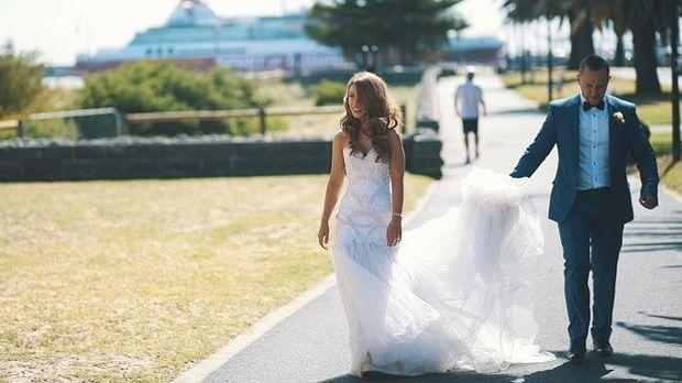 Hochzeit auf Augenhöhe: Einer großen Braut steht praktisch jedes Kleid.