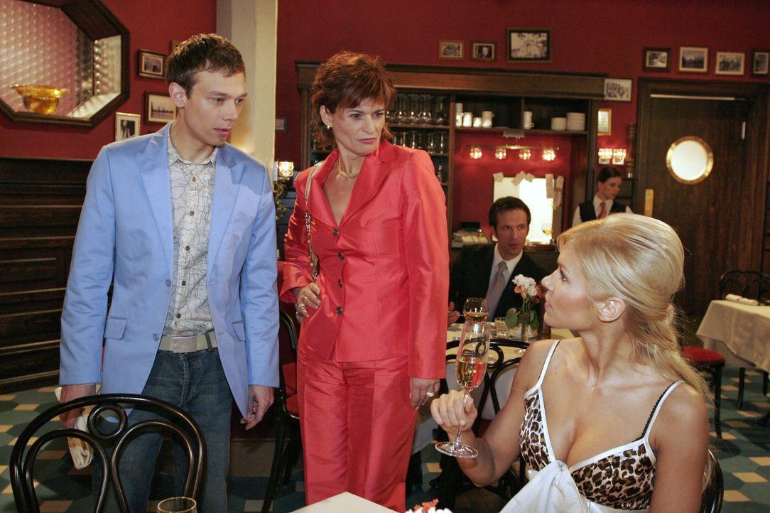 Jürgen (Oliver Bokern, l.) ist zutiefst getroffen, als Sabrina (Nina-Friederike Gnädig, r.) ihn vor Sophie (Gabrielle Scharnitzky, M.) verleugnet un... - Bildquelle: Noreen Flynn SAT.1 / Noreen Flynn
