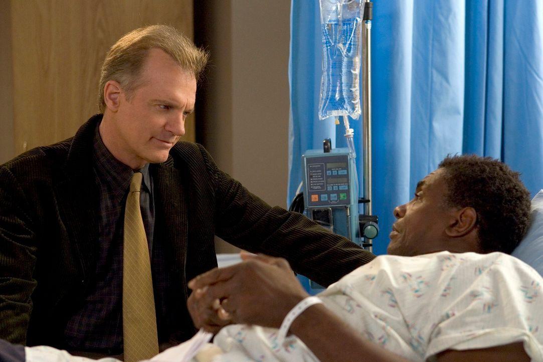 Stanley Sundy (Keith David, r.) bittet Eric (Stephen Collins, l.), ihm Alkohol und Zigaretten zu besorgen, da er sich vorgenommen hat, jeden Tag so... - Bildquelle: The WB Television Network