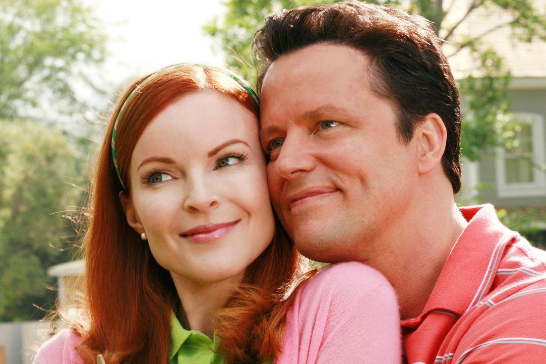 Erinnerungen an gute alte Zeiten: Bree (Marcia Cross, l.) und Rex (Steven Culp, r.) ... - Bildquelle: 2005 Touchstone Television  All Rights Reserved