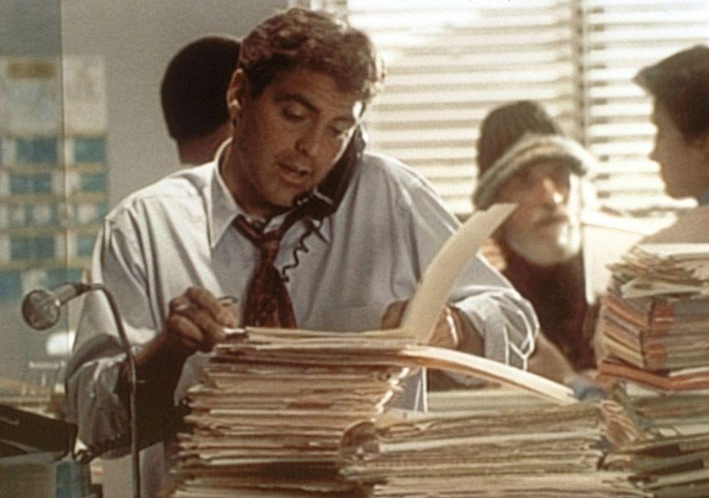 Dr. Ross (George Clooney, vorne) erstickt als Vertreter des erkrankten Dr. Greene fast im Papierkram. - Bildquelle: TM+  WARNER BROS.