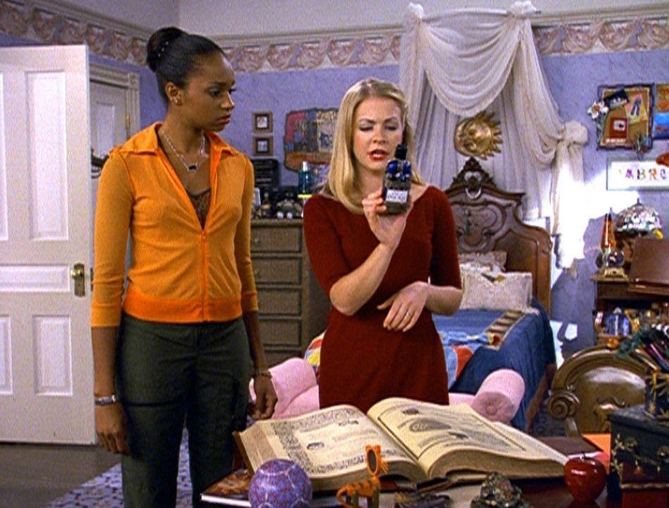 Sabrina (Melissa Joan Hart, r.) und ihre Zauberschülerin Dreama (China Jesusita Shavers, l.) studieren ein Zaubermittel, damit Sabrina älter wirkt. - Bildquelle: Paramount Pictures