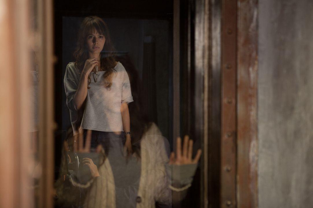 Kann Fabiana (Martina García, hinten) das Geheimnis um den Schlüssel lösen und so Belén (Clara Lago, vorne) aus ihrem selbstgewählten Gefängnis befr... - Bildquelle: Twentieth Century Fox Film Corporation. All rights reserved.