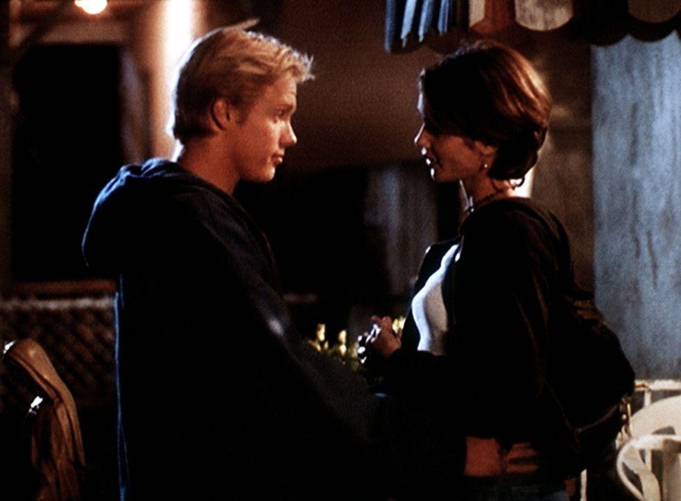 """Shane (Shane Van Dyke, l.), Mitglied der """"Surfers"""", hat sich in Maria (Tamara Mello) verliebt, deren Bruder der Anführer der gegnerischen """"Black and... - Bildquelle: Viacom"""