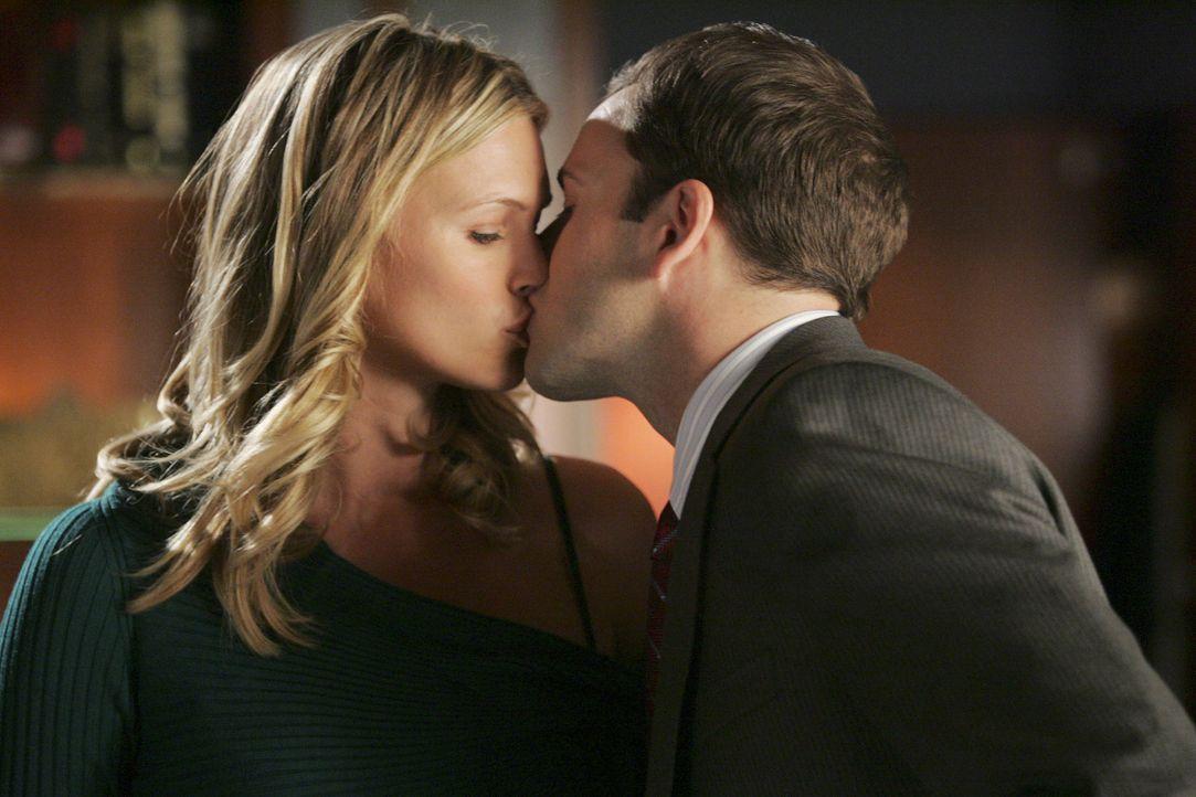 Ein letzter Kuss? Taylor (Natasha Henstridge, l.) und Eli (Jonny Lee Miller, r.) lieben sich immer noch ... - Bildquelle: Disney - ABC International Television