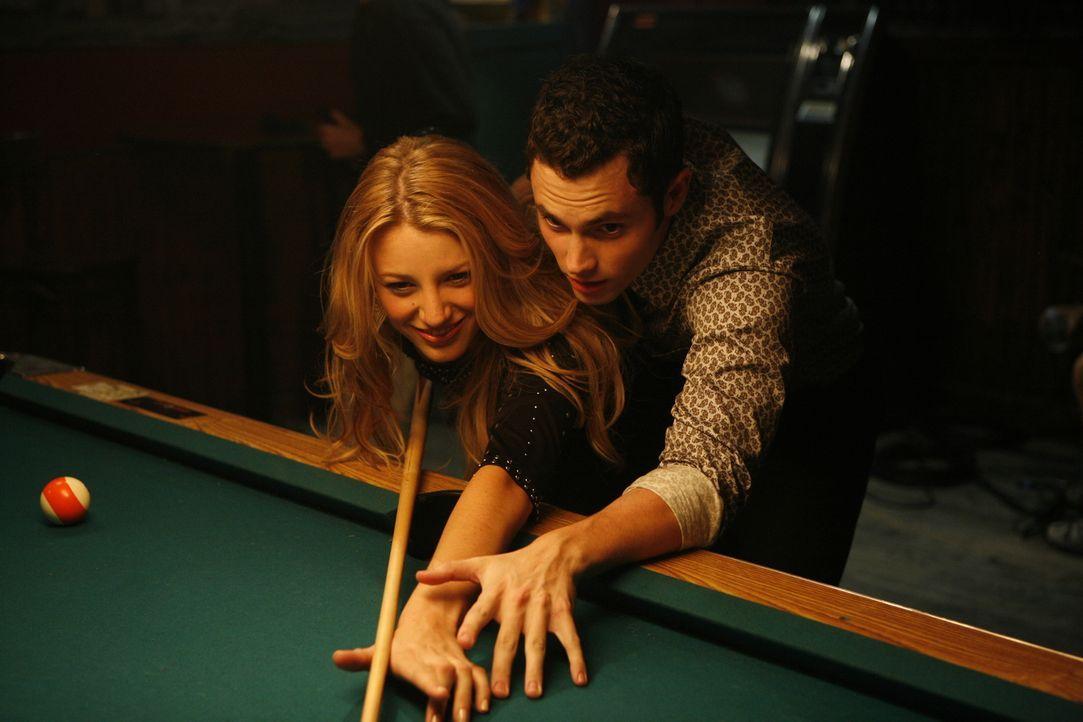 Wenn das kein glücklicher Anfang ist: Serena (Blake Lively, l.) und Dan (Penn Badgley, r.) genießen ihr erstes Date, obwohl nicht alles nach Plan ve... - Bildquelle: Warner Brothers