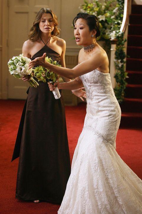 Cristina (Sandra Oh, r.) kann nicht glauben, was gerade passiert ist. Jetzt ist es an Meredith (Ellen Pompeo, l.) einen klaren Kopf zu behalten ... - Bildquelle: Touchstone Television