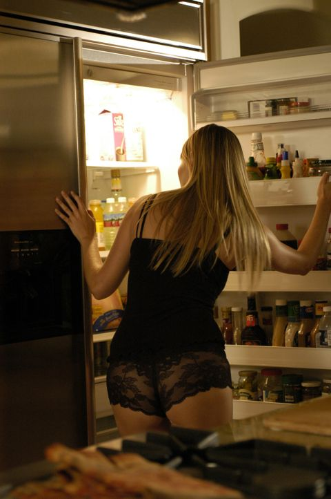 Audrey (Baelyn Neff) weiß nicht, dass die ganze Welt sie, dank der von ihrem Stiefsohn Colby installierten Webcams, in Unterwäsche sehen kann ... - Bildquelle: RRS Entertainment GmbH