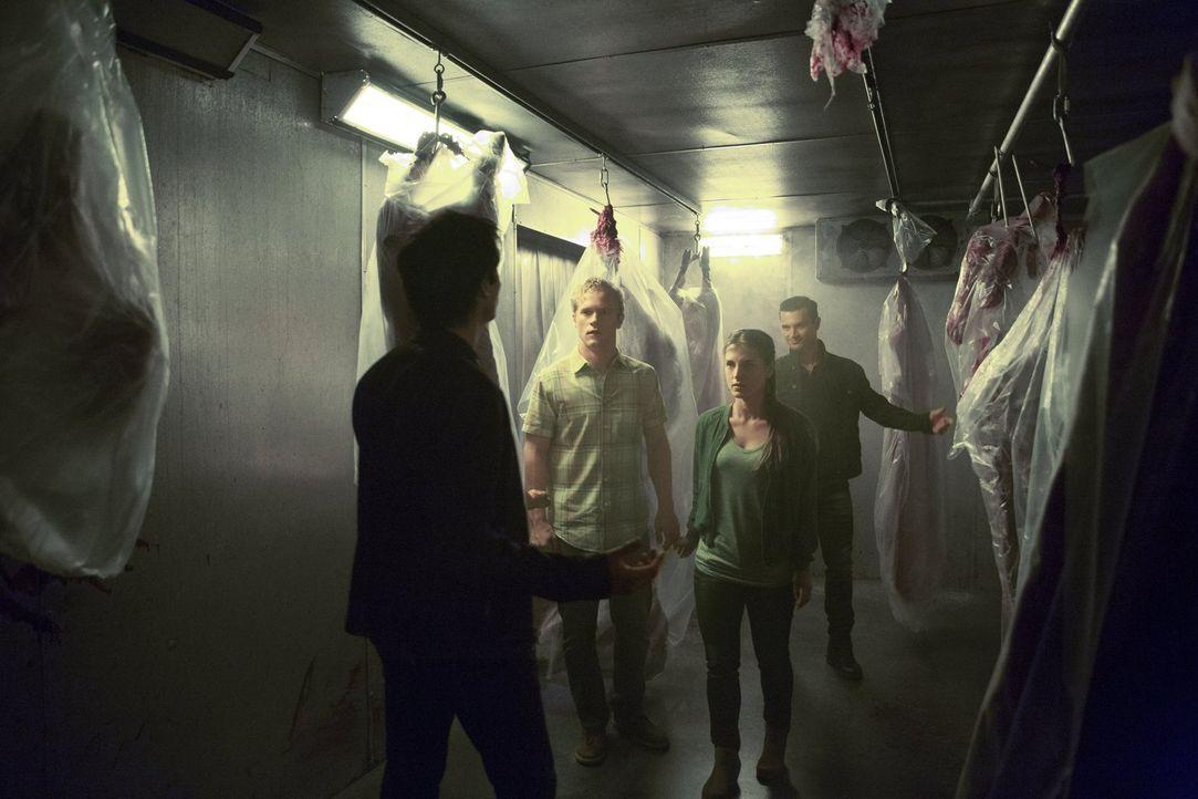 Stefan macht sich auf die Suche nach Damon (Ian Somerhalder, l.) und Enzo (Micheal Malarkey, r.). Doch keiner hätte damit gerechnet, was die beiden... - Bildquelle: Warner Bros. Entertainment, Inc.