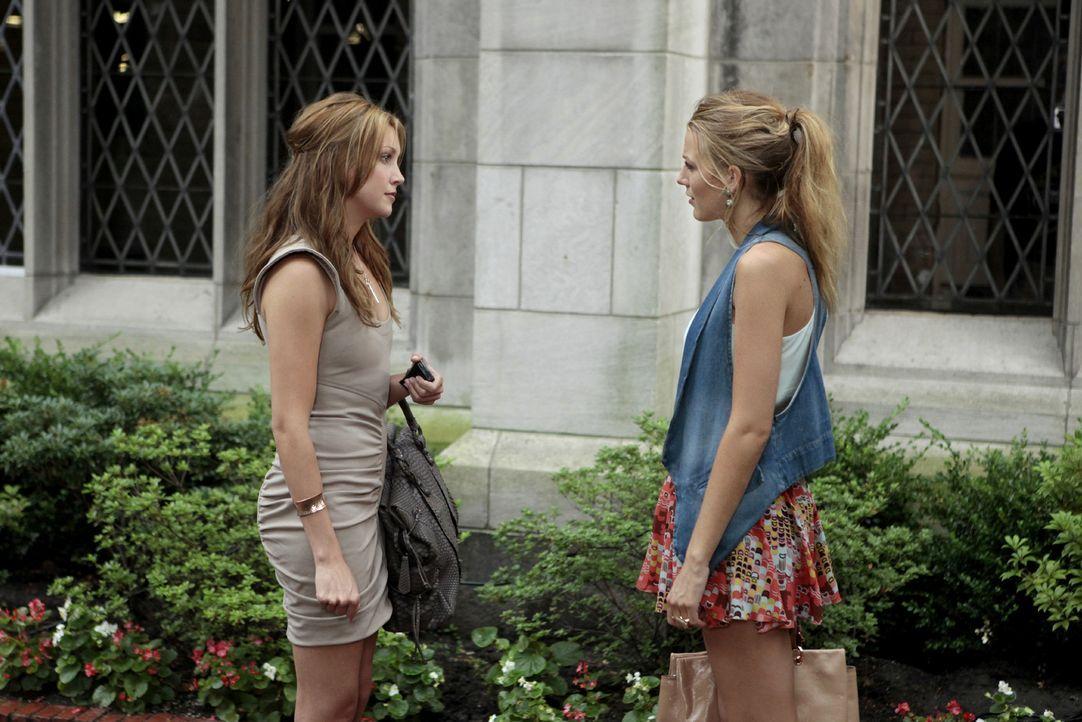 Juliet (Katie Cassidy, l.) treibt ein eigenartiges Spiel mit Nate, Serena (Blake Lively, r.) und den anderen ... - Bildquelle: Warner Brothers