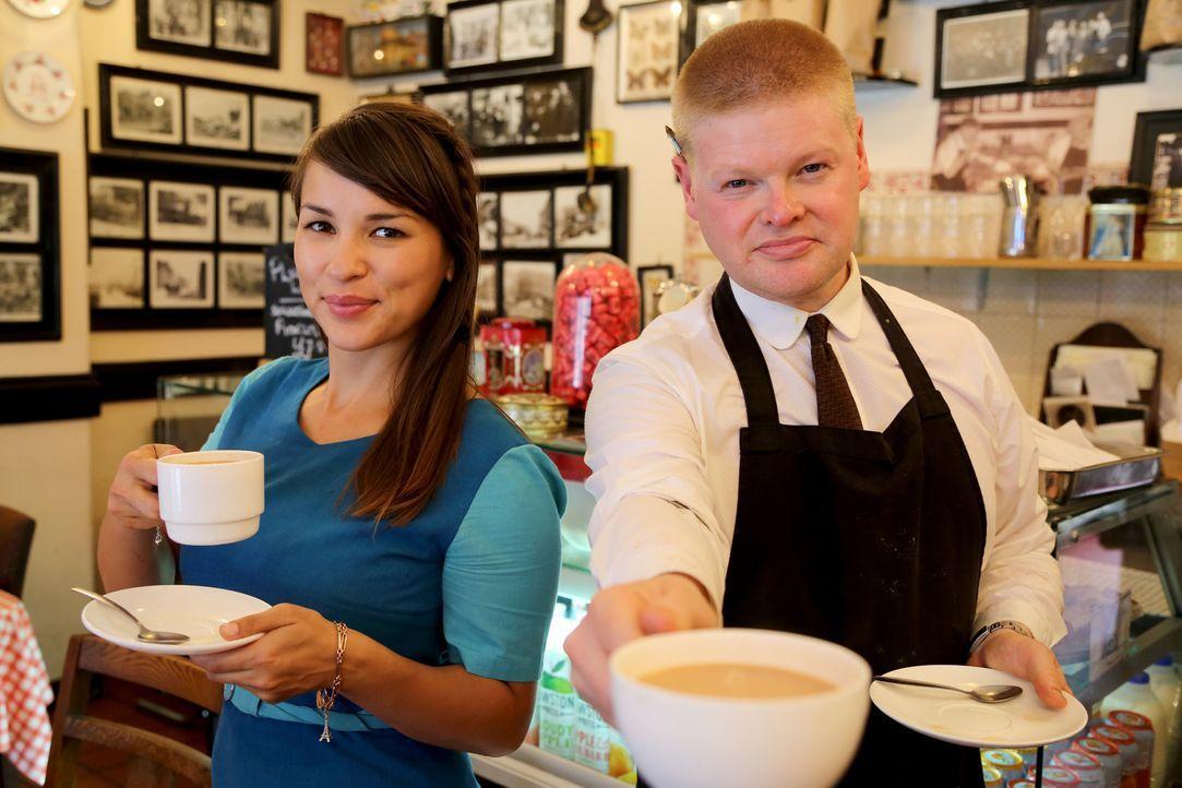 In einem wunderschönen Café trifft Rachel (l.) auf Austin (r.) und entdeckt einige Kunstwerke ... - Bildquelle: Richard Hill BBC 2013