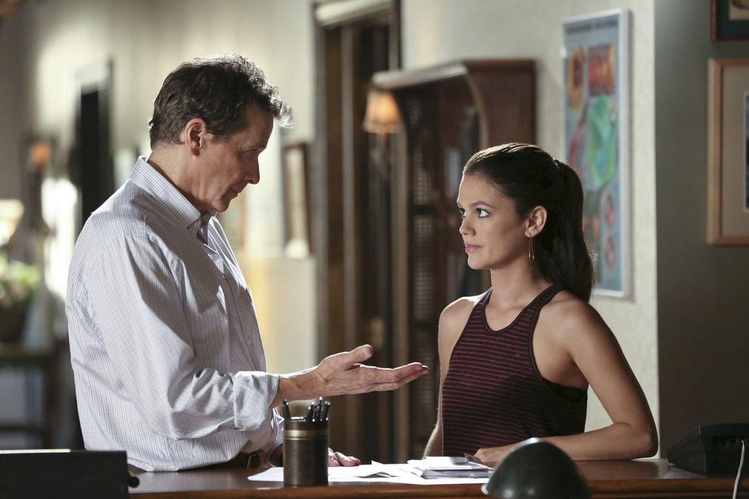 Als Zoe (Rachel Bilson, r.) bemerkt, dass Brick (Tim Matheson, l.) noch schlechter gelaunt ist als sonst, möchte sie helfen und versucht sich als Fa... - Bildquelle: Warner Bros.