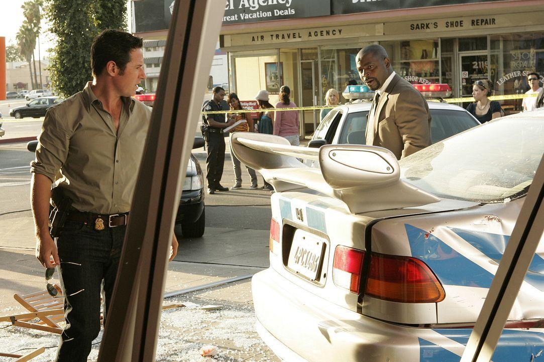 Nachdem ein Auto in ein voll besetztes Straßencafe gekracht ist, machen sich Don (Rob Morrow, l.) und David (Alimi Ballard, r.) auf die Suche nach H... - Bildquelle: Paramount Network Television