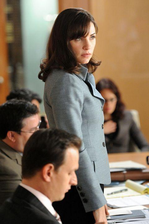 Ein Fall den Will (Josh Charles, vorne l.) und Alicia (Julianna Margulies, stehend) längst als gewonnen betrachtet hatten, muss nun doch noch einma... - Bildquelle: 2011 CBS Broadcasting Inc. All Rights Reserved.