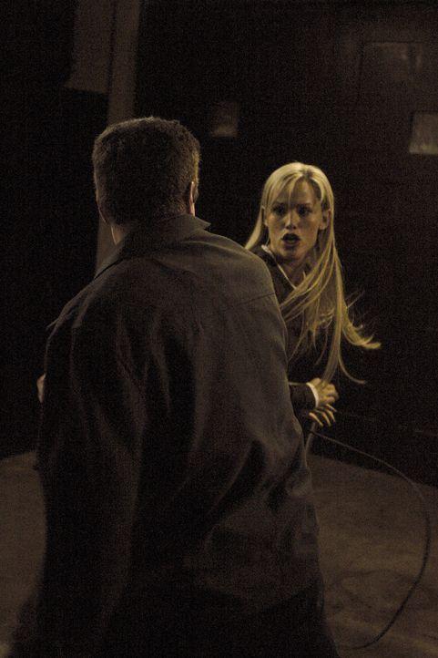 Sydney (Jennifer Garner, r.) reist nach Spanien und schleust sich in das Haus von Martin Bishop (Peter O'Meara, l.) ein, als er ihr auf die Schliche... - Bildquelle: Touchstone Television